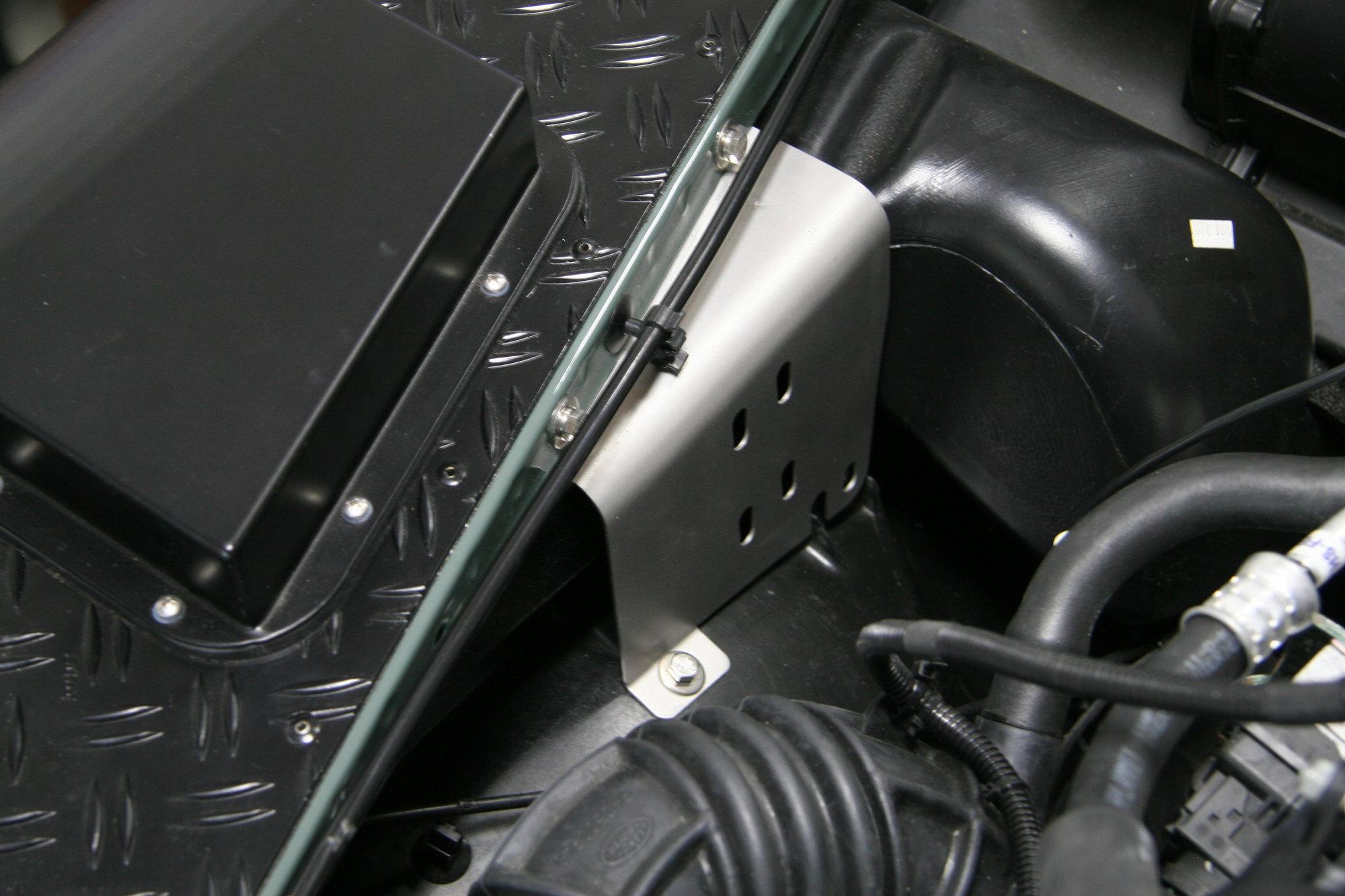 Kotfluegelstuetzbleche Land Rover Defender.000