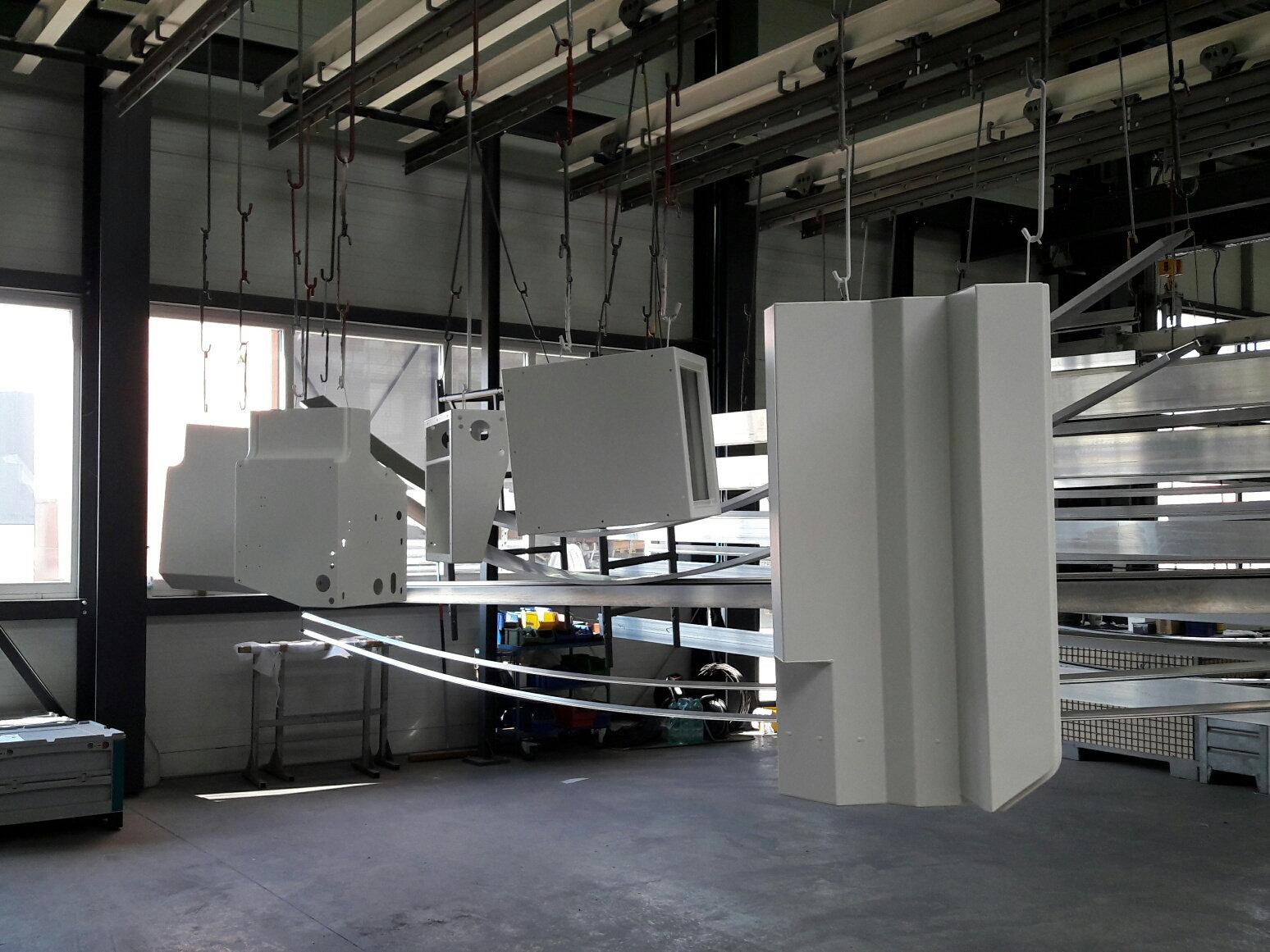 frisch pulverbeschcihtete Bauteile des MERIDIAN Innenausbaus