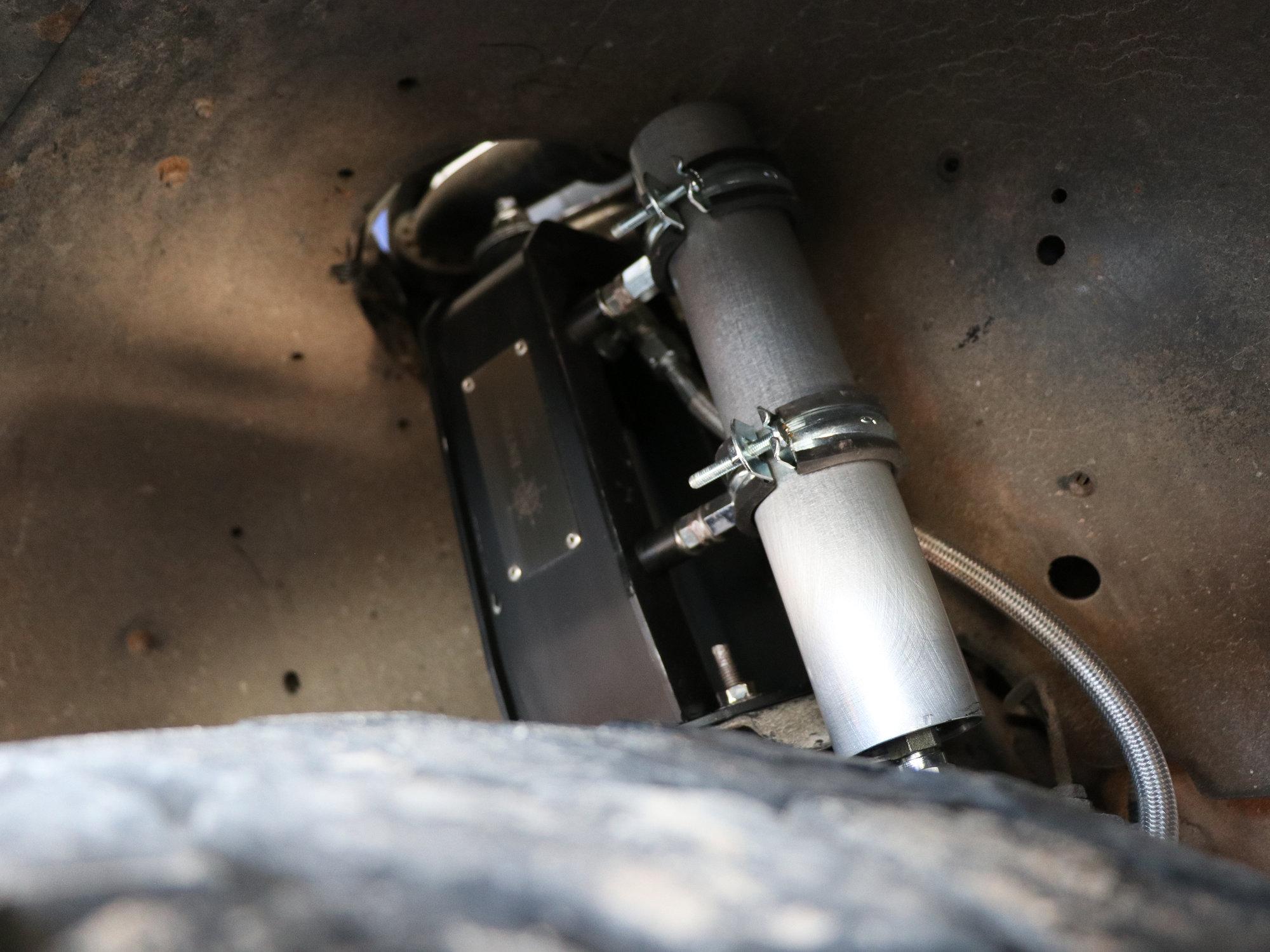 Radflo-Stoßdämpfer mit Ausgleichsbehälter an der Vorderachse
