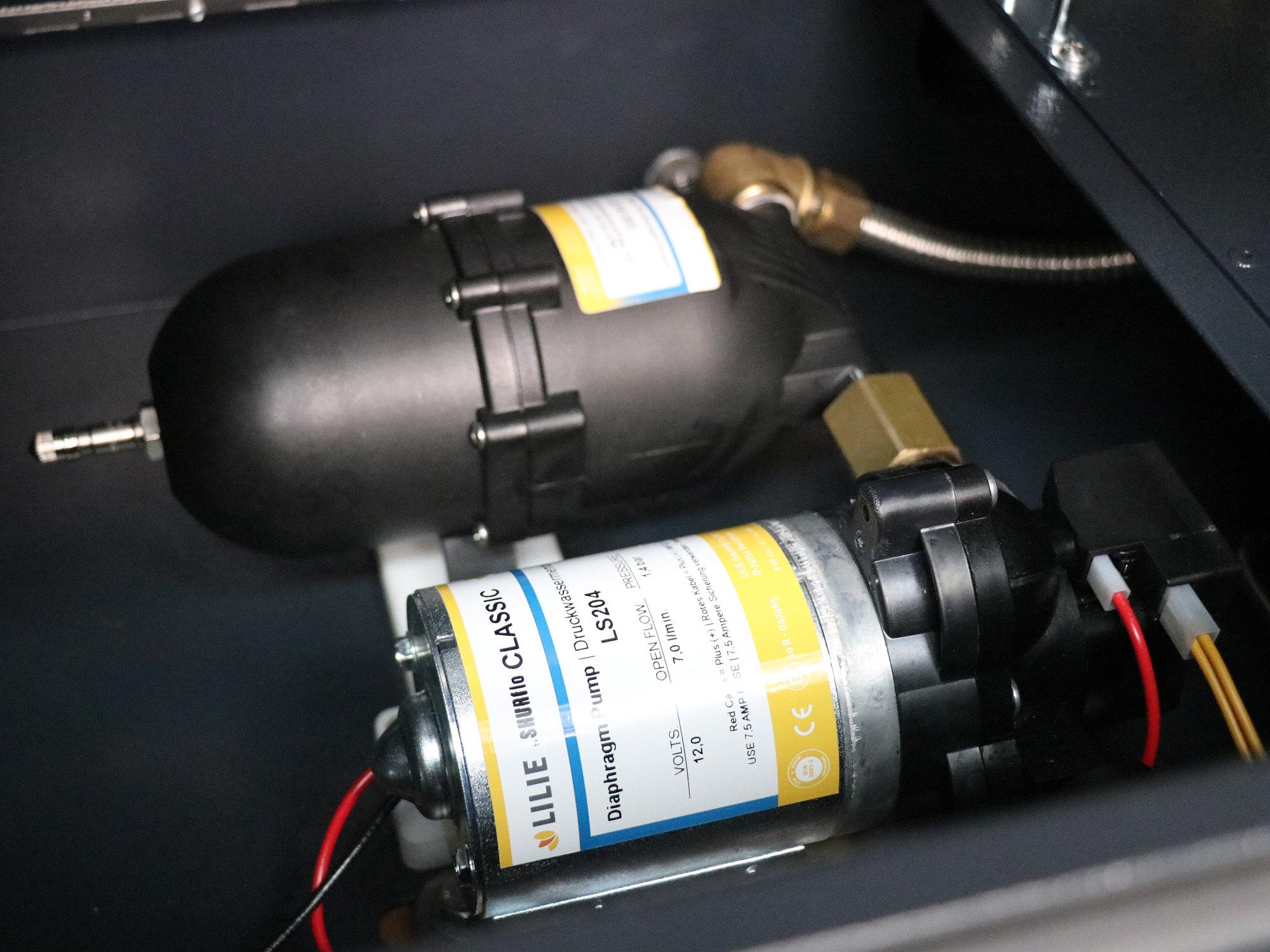 Wasserpumpe und Druckspeicher in der WBOX des MERIDIAN-Innenausbaus