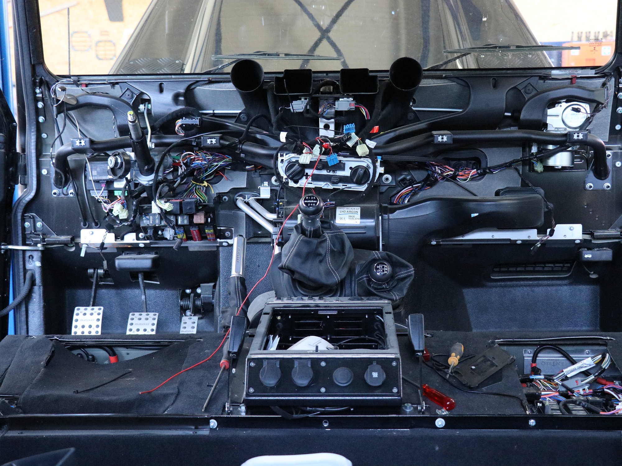 Ausbau des Armaturenbrettes im Land Rover Defender
