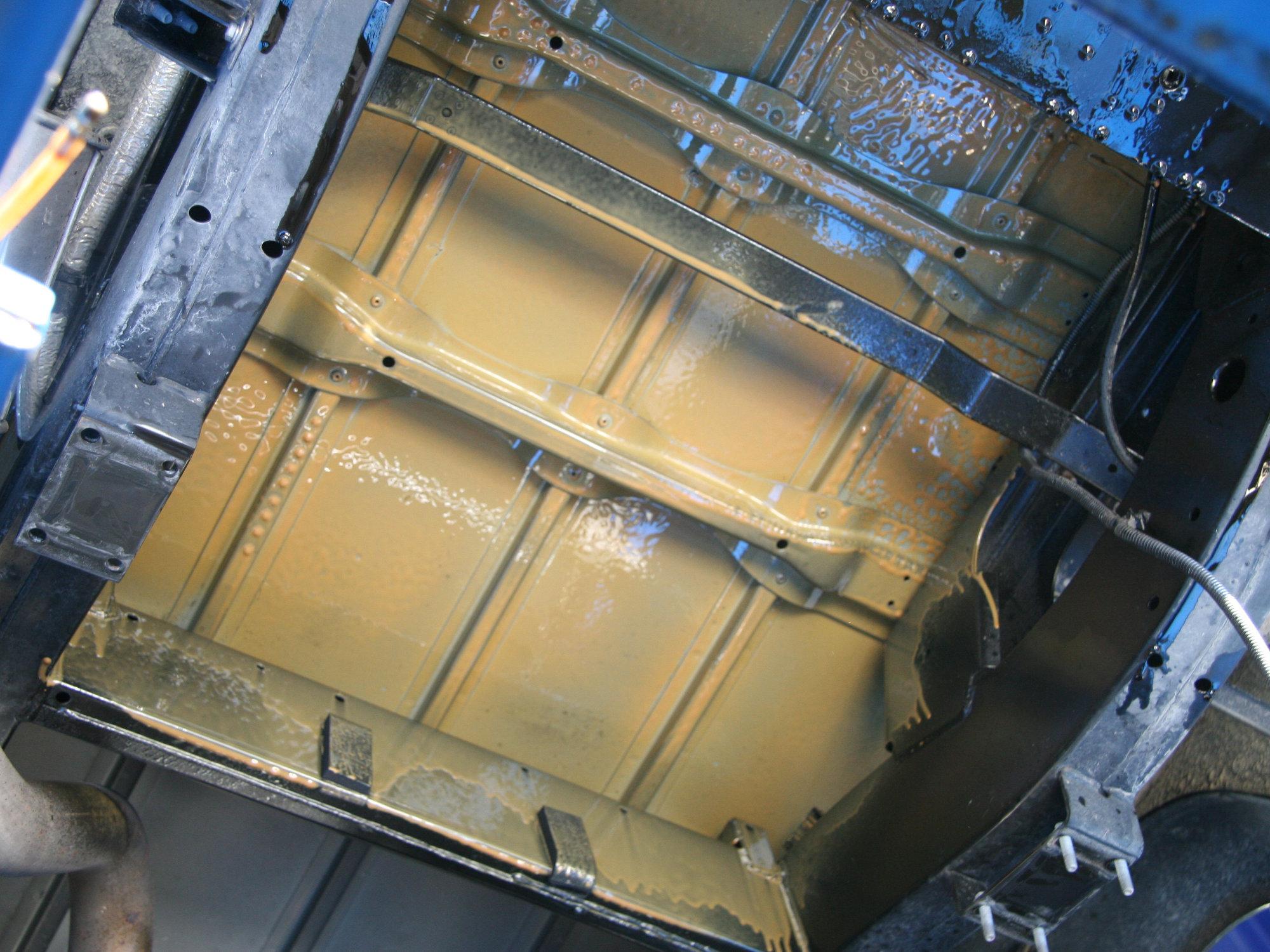 Um die Tankentnahmesonde zu setzen wird der Tank ausgebaut und in einem Aufwasch der Laderaumboden versiegelt