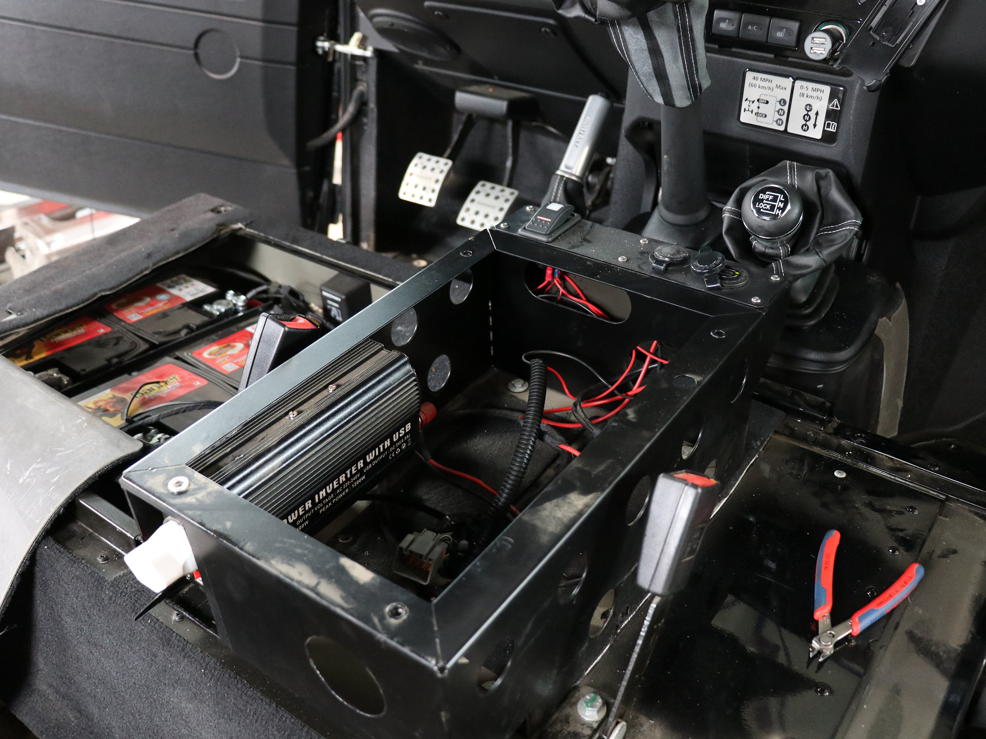 die Konsole für Standheizung und der Wechselrichter müssen weichen und werden später durch Qualitätsprodukte ersetzt