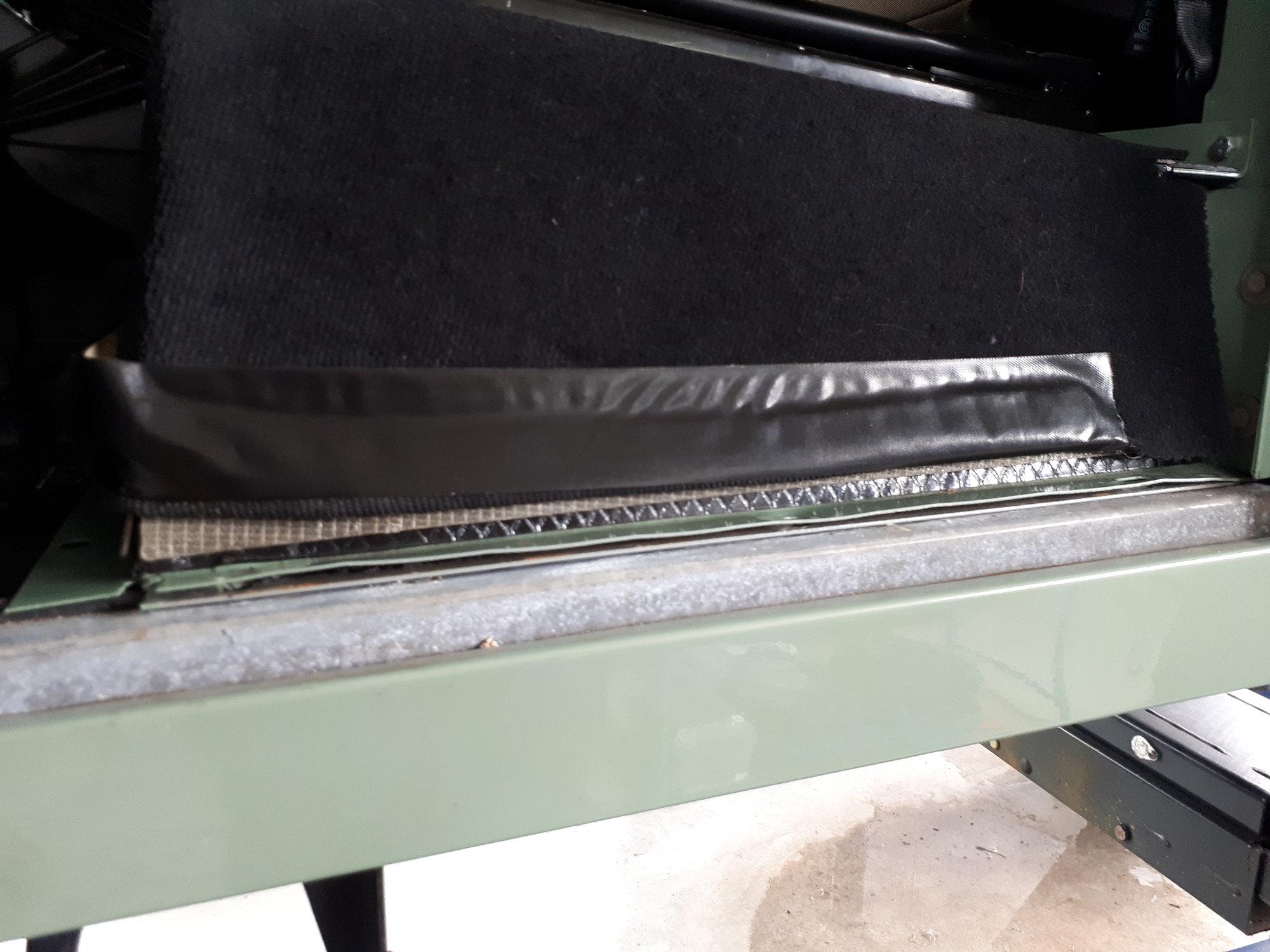 leichter Rostansatz zwischen Sitzbasis und Boden des Batteriefaches