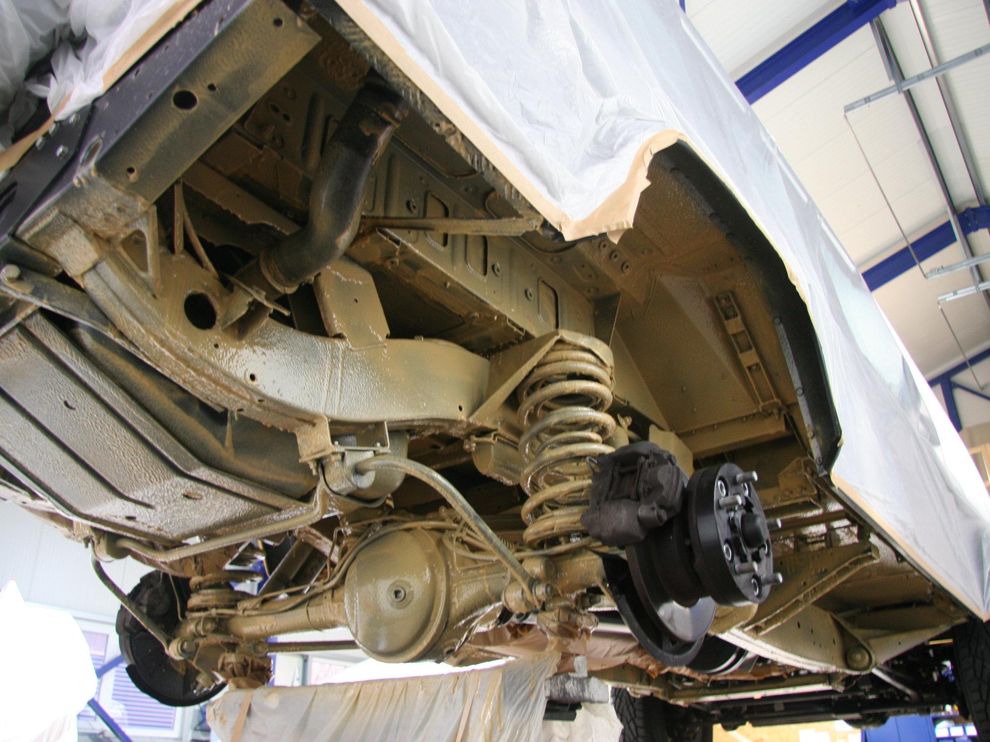 Hohlraumversiegelung und Unterbodenschutz am Land Rover Defender