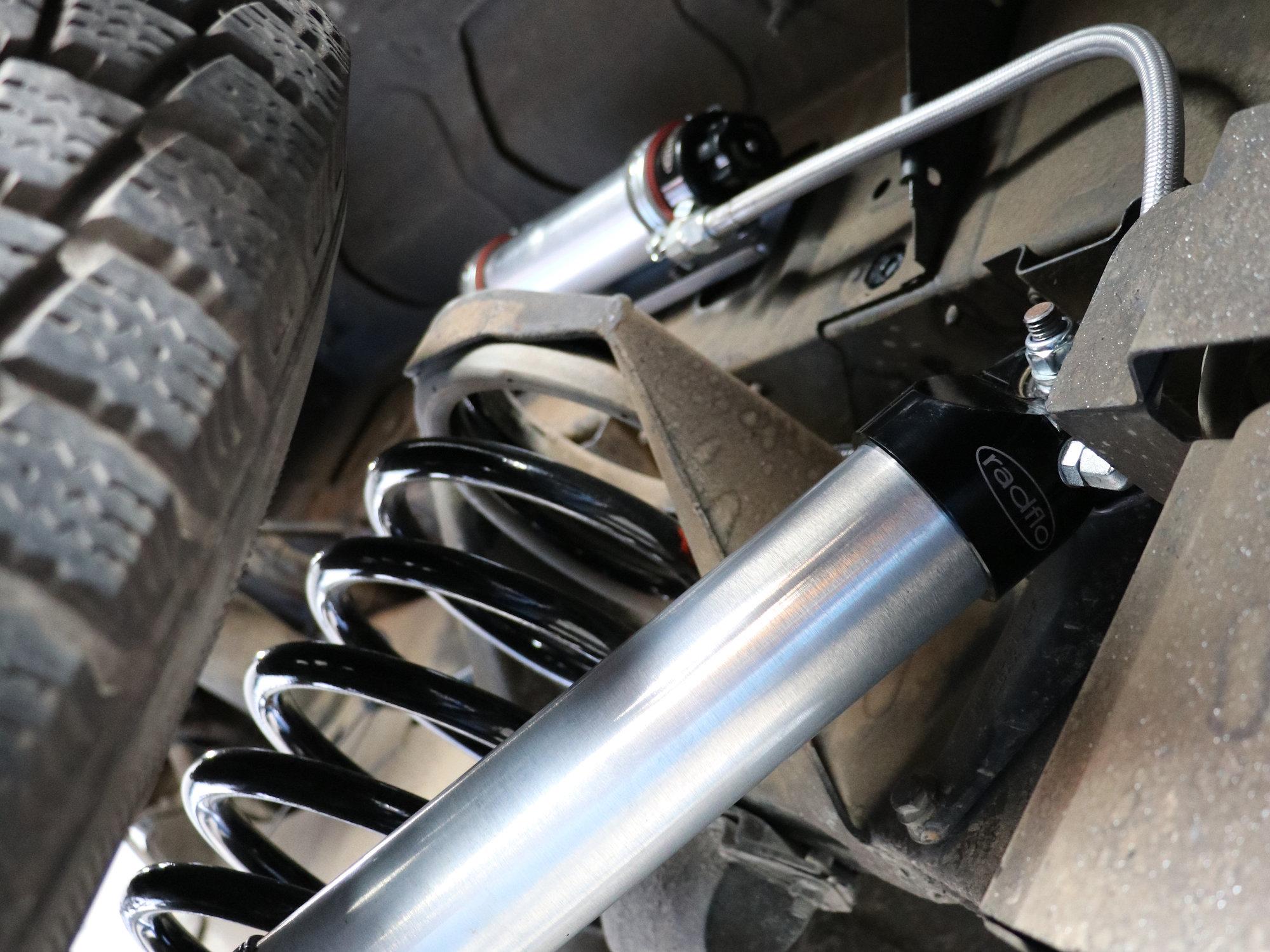 Radflo-Stoßdämpfer an der Hinterachse mit neuen Fahrwerksfedern