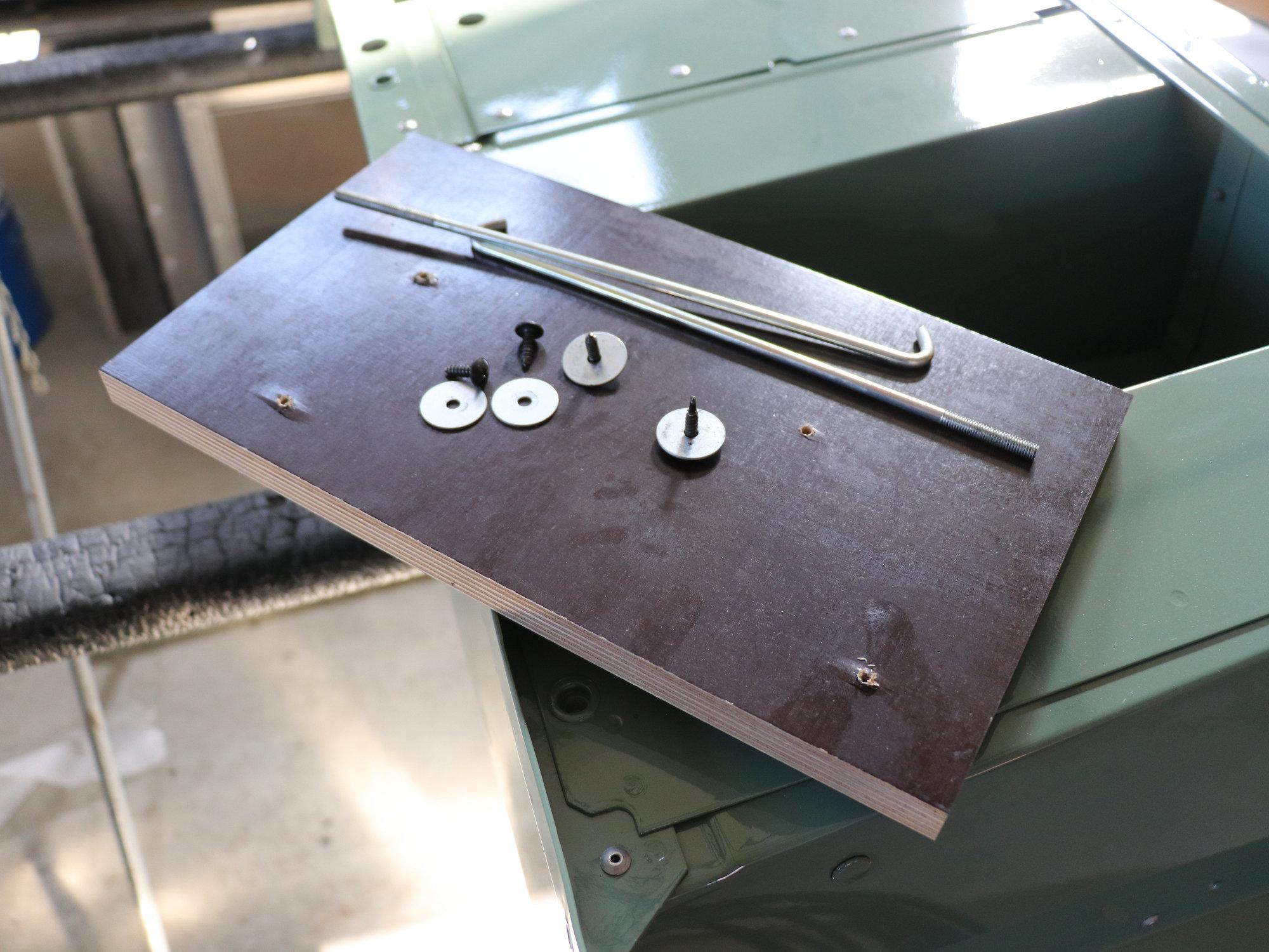 Ausgangszustand: Mit einer Holzplatte und zwei Haken hätten die Batterien auf Dauer nicht fixiert werden können