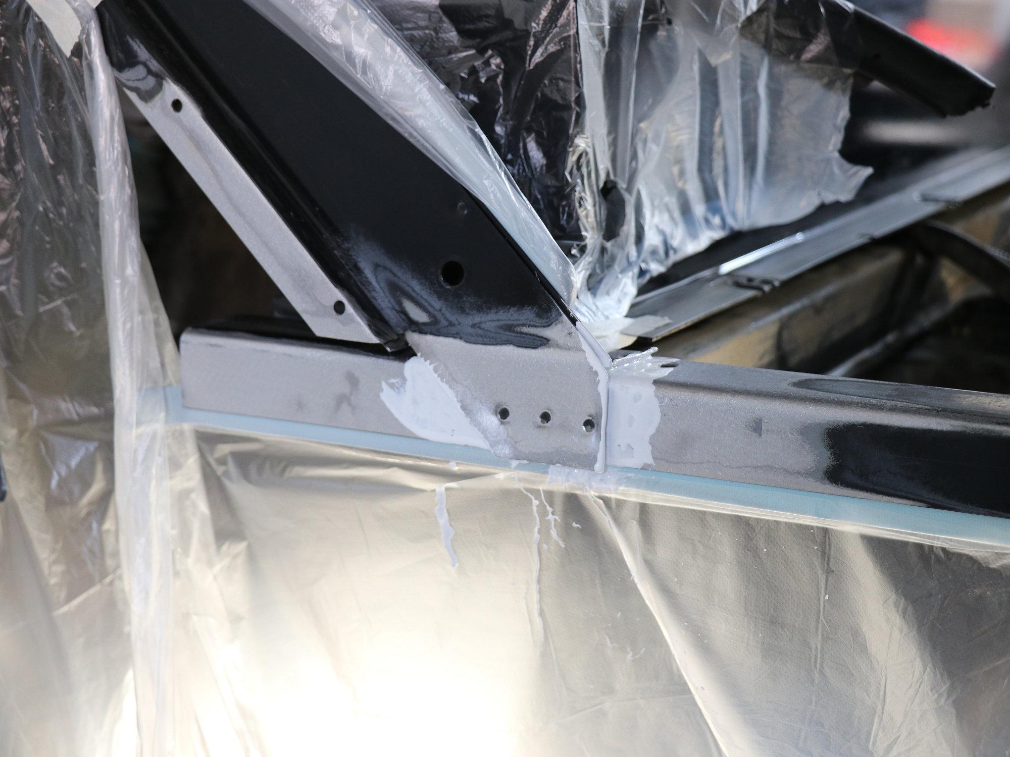 Grundieren der blanken Metalloberflächen mit speziellem 2K-Primer