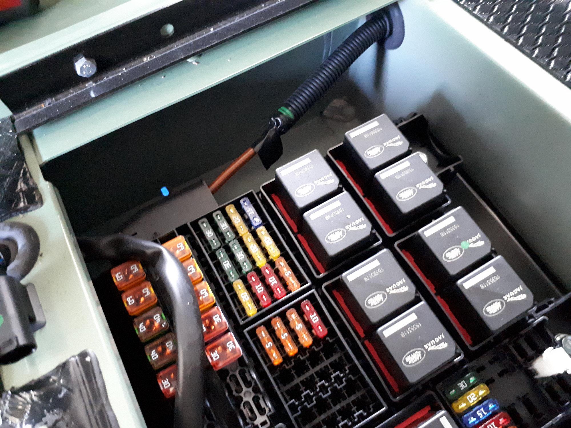 Sicherungkasten in Sitzbox rechts