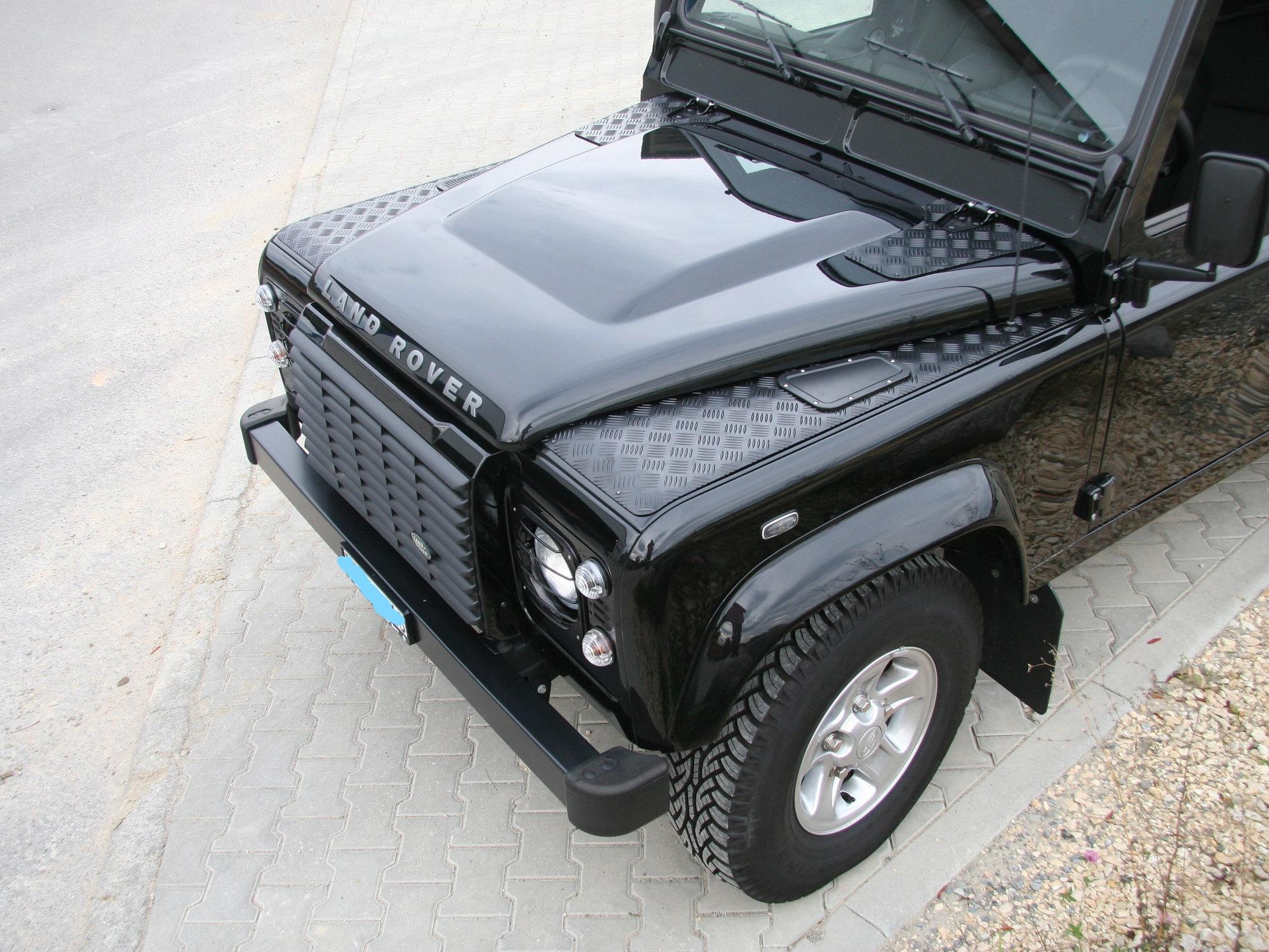 Kotflügel-Riffelblech, Haubentritte und verstärkte Scharniere am Land Rover Defender
