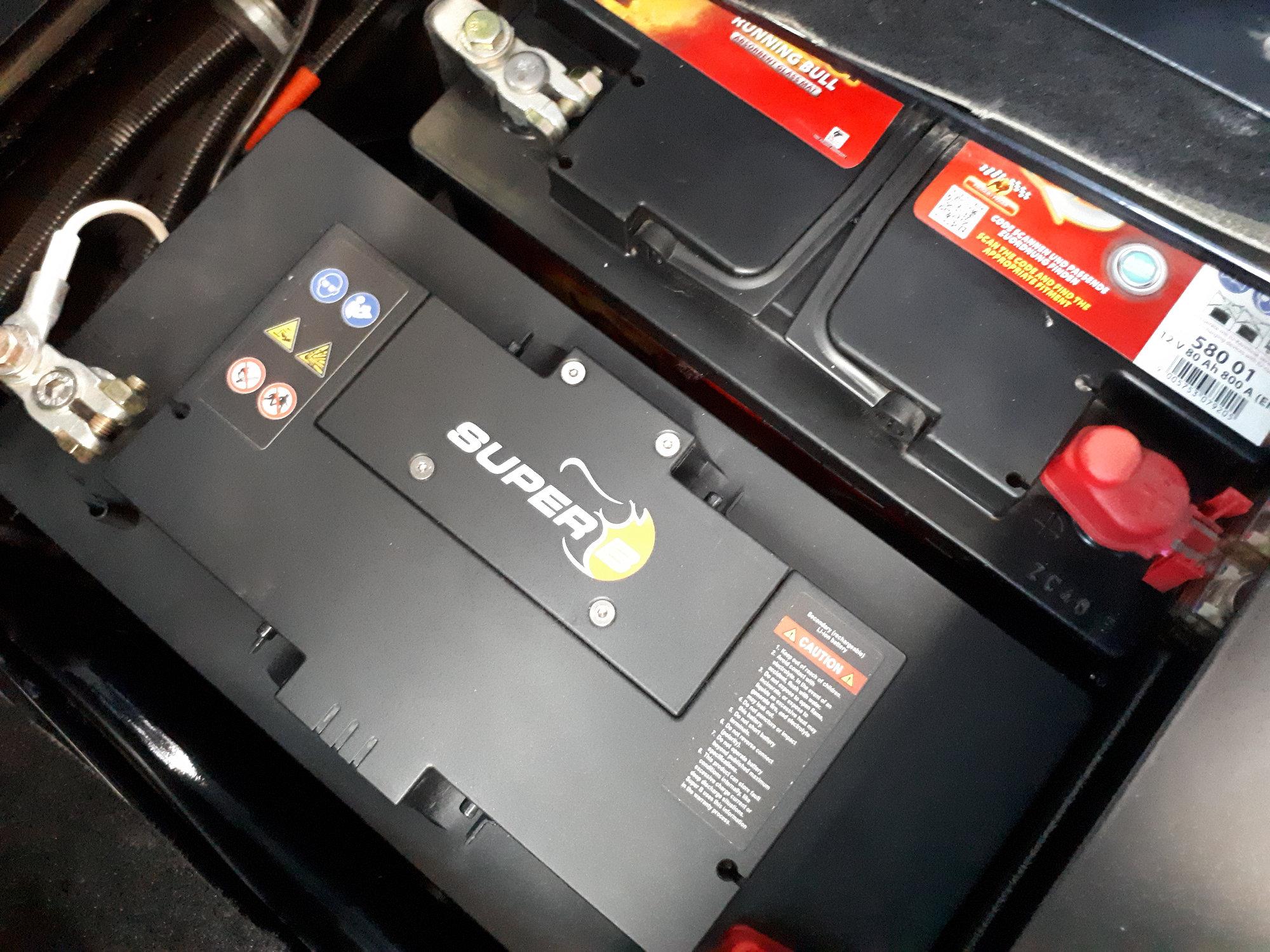 Doppelbatteriesytem mit Lithium-Ionen Batterie im Land Rover Defender