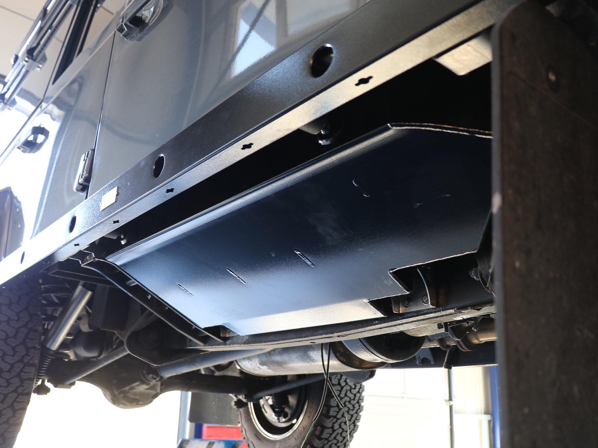 Unsere Unterflur-Dieseltanks im Land Rover Defender stehen nicht über und sind mit einer Materialstärke von 4mm extrem robust