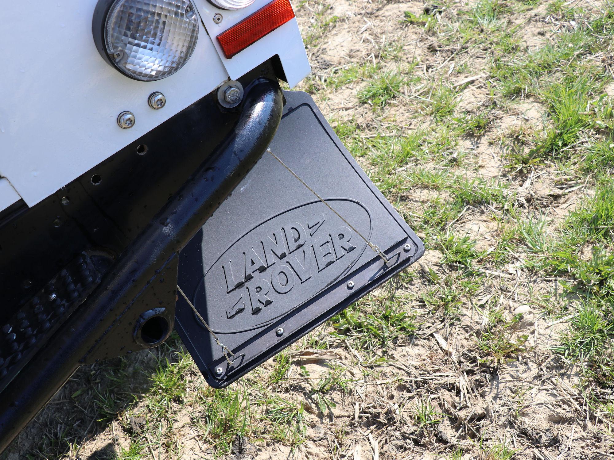 Spritzlappenhalterung Land Rover Defender.002