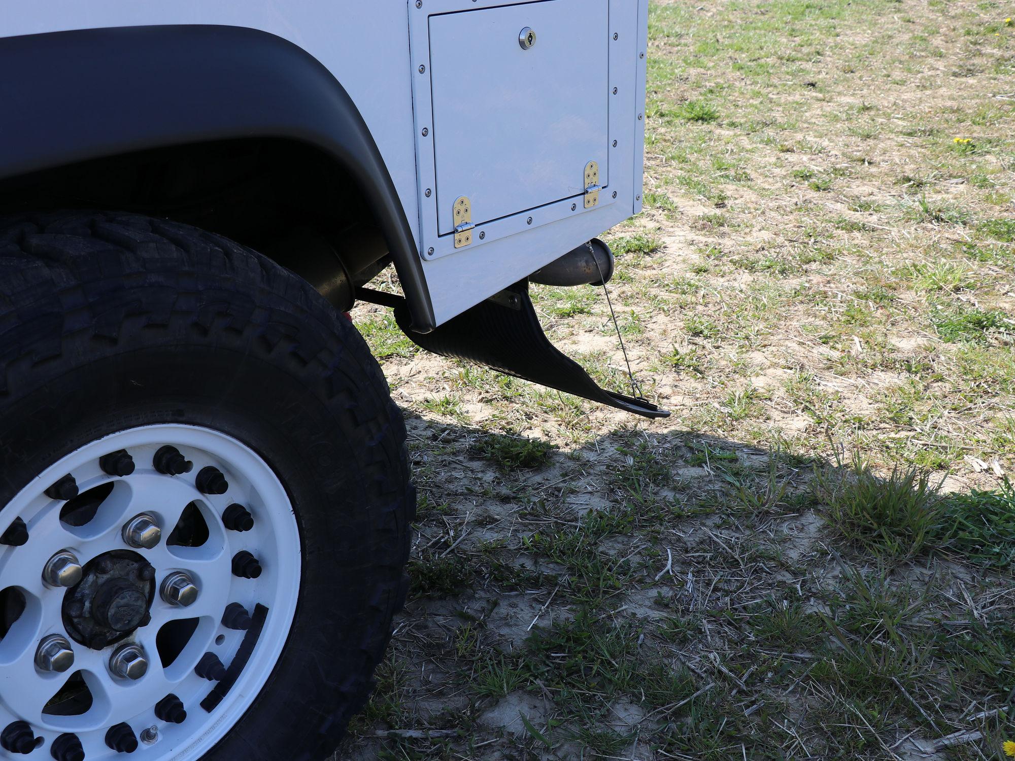 Spritzlappenhalterung Land Rover Defender.003
